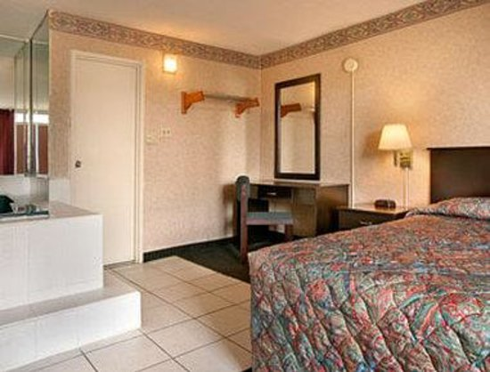 Knights Inn South Hackensack NJ/NYC Area : Jacuzzi Suite