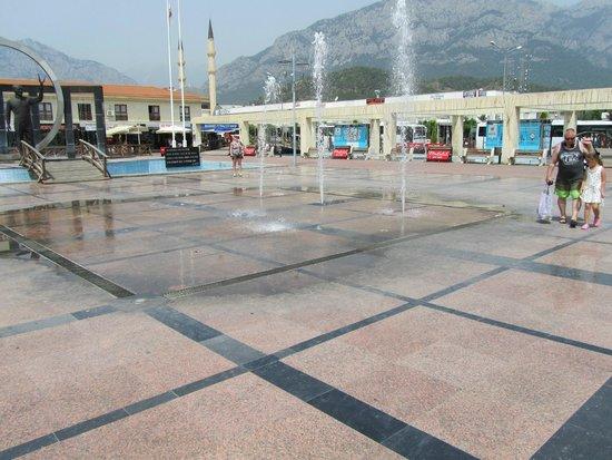 Kemer : centraal plein met oa bussattion