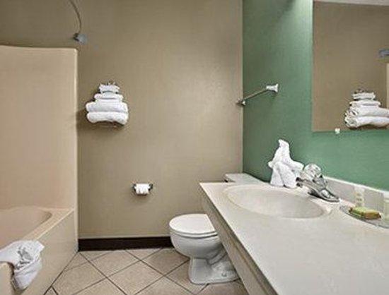Super 8 Russellville: Bathroom