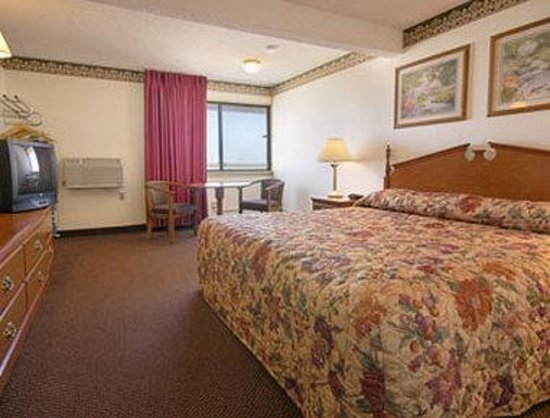 Super 8 Laramie : Standard King Bed Room