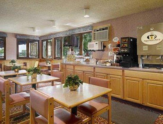 Super 8 Duluth: Breakfast Area