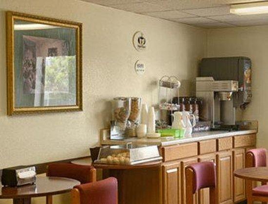 Super 8 Henderson North East Denver: Breakfast Area
