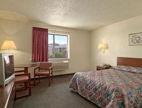 Super 8 Henderson North East Denver: Standard One Queen Bed Room