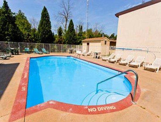 Super 8 Milan/Sandusky Area: Outdoor Pool