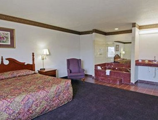 Super 8 Huntsville: King Bed Suite With Jacuzzi
