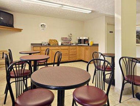 Super 8 Reynolds /East Columbus Area: Breakfast Area