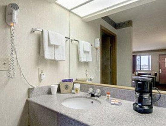 Super 8 Seguin: Guest Room Bathroom