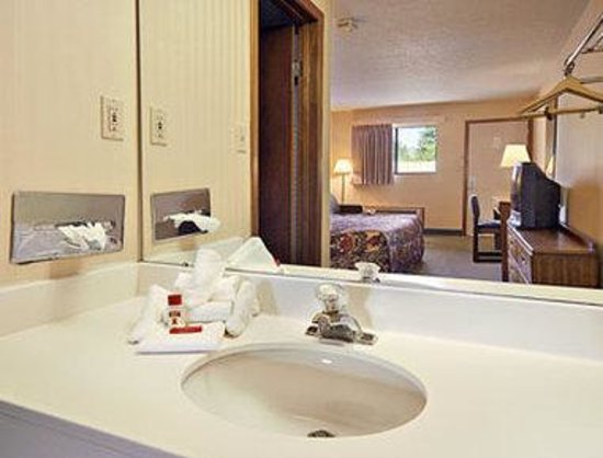 Super 8 Reynolds /East Columbus Area: Bathroom