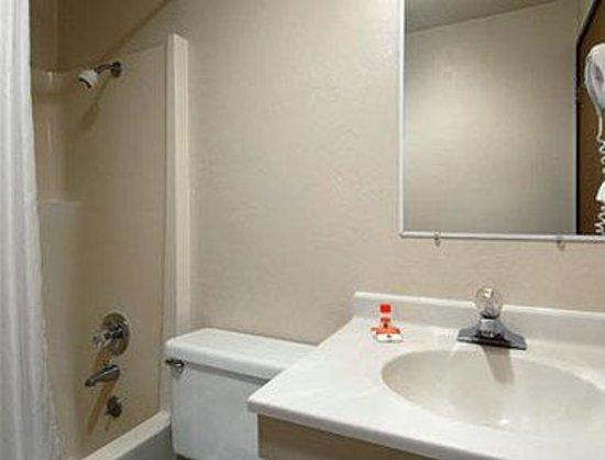 Super 8 Shelton: Bathroom