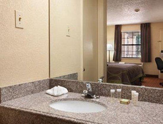 Super 8 Ruston: Bathroom