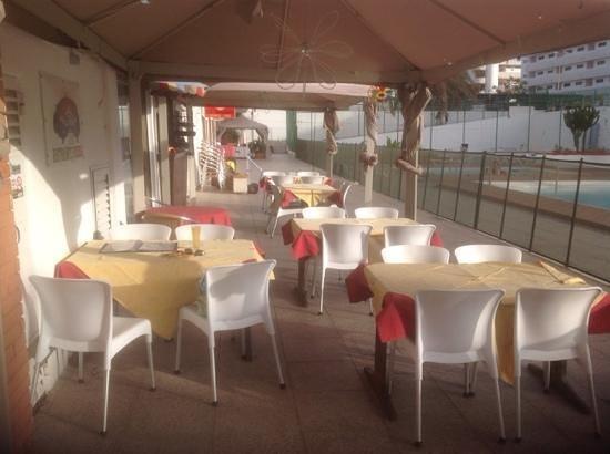 Ristorante Italiano AL CIRCO: tables by the pool