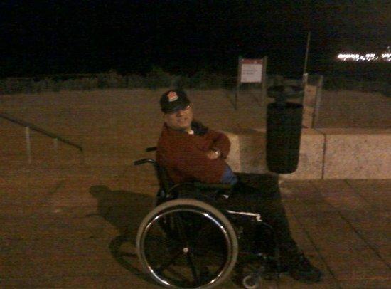 Rambla de Montevideo: Meu marido na Rambla à noite próximo à criação dos recifes