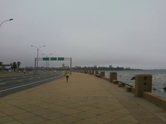 Rambla de Montevideo: Pessoa fazendo exercício matinal em dia de chuva