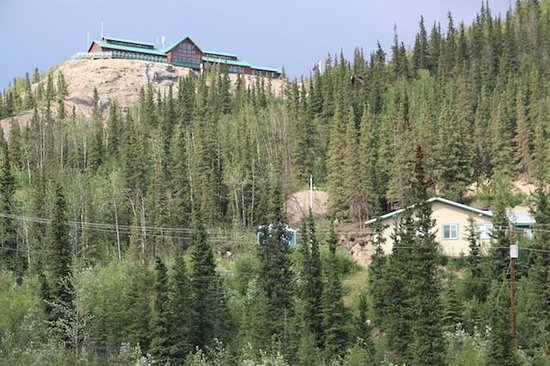 Grande Denali Lodge: View of the hotel from the valley below