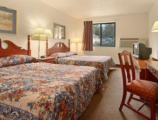 Super 8 Independence Kansas City: Standard Two Queen Bed Room