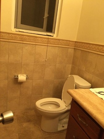 Villa Delfin Roatan: 1st bathroom