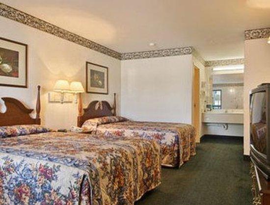 Super 8 Petersburg: Standard Two Double Bed Room