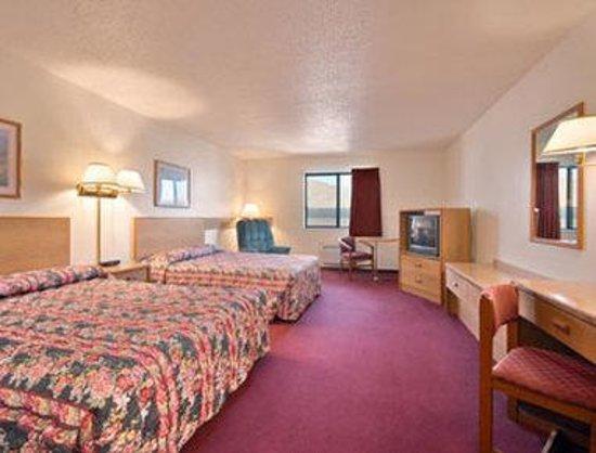 Super 8 Ottumwa: Standard Two Queen Bed Room
