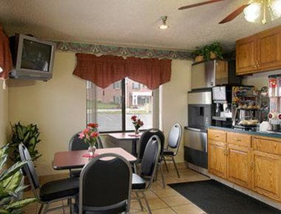 Super 8 Martinsburg: Breakfast Area