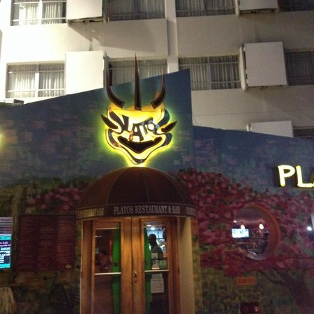 Platos Restaurant & Bar : Entrance!