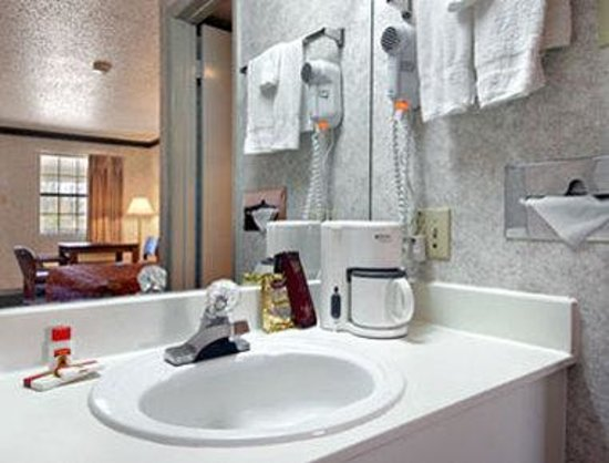 Super 8 by the Galleria / North Dallas: Bathroom