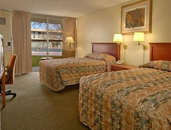 Super 8 Meadow Wood Courtyard: Standard Two Double Bed Room
