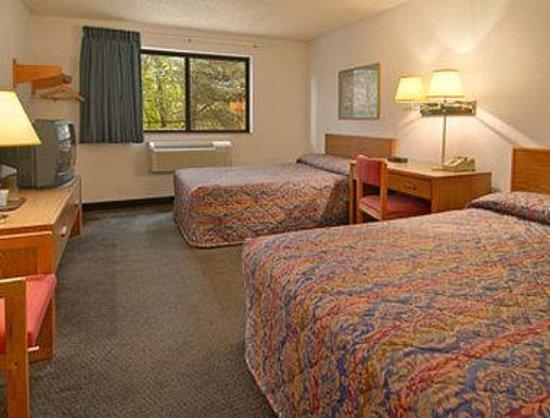 Super 8 Queensbury Glens Falls : Standard Two Double Bed Room