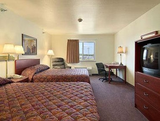 Super 8 Iola KS: Standard Two Queen Bed Room