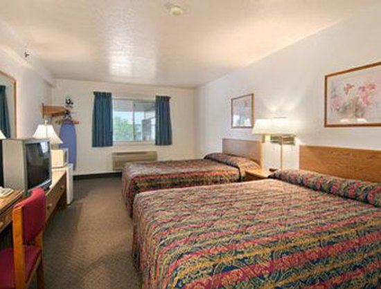 Super 8 Rexburg : Standard Two Queen Bed Room