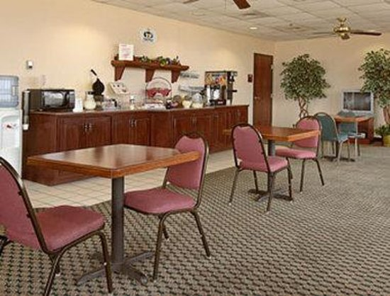 Super 8 Indianola: Breakfast Area
