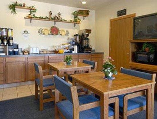 Super 8 Neillsville WI: Breakfast Area