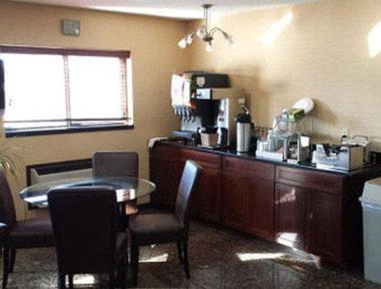 Days Inn Le Roy/Bloomington Southeast: Breakfast Setup