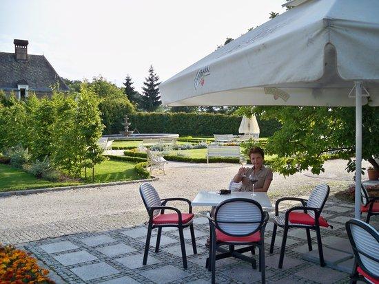 Palac Brunow: Restauracja przed hotelem