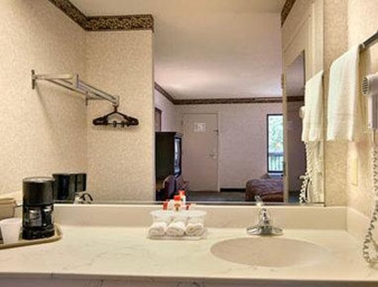 Super 8 Ruther Glen Kings Dominion Area: Bathroom