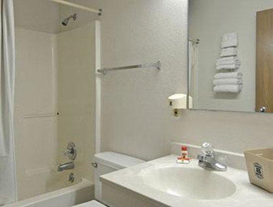 Super 8 Waco University Area: Bathroom