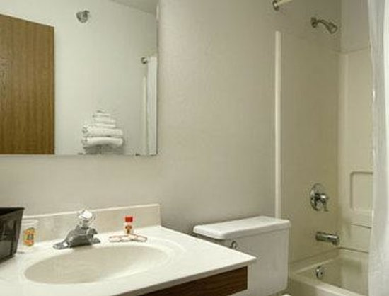Super 8 Campbellsville KY: Bathroom