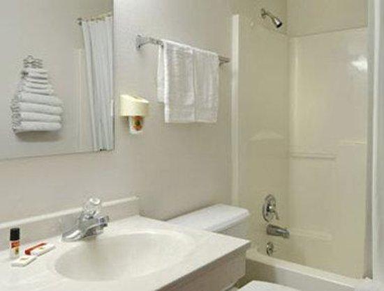 Super 8 Denton : Bathroom