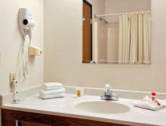 Super 8 Columbus : Bathroom