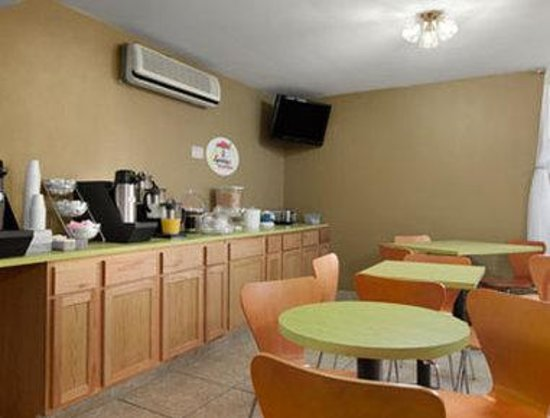 Super 8 Stevensville: Breakfast Area