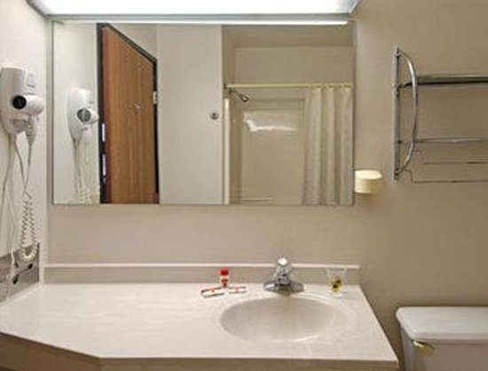 Super 8 McKinney/Plano Area: Bathroom