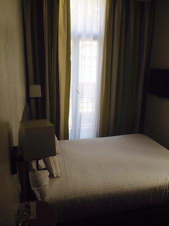 Mercure Nice Marche aux Fleurs: Small comfortable room