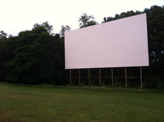 Hyde Park Drive-In Theatre : waiting for darkness/ esperando que anochezca para ver movies