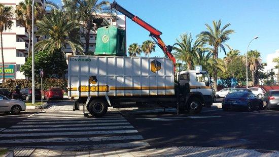 Barranco Apartments : Wonderfull Glass-Garbage truck that ringels you awake every 3 hours.