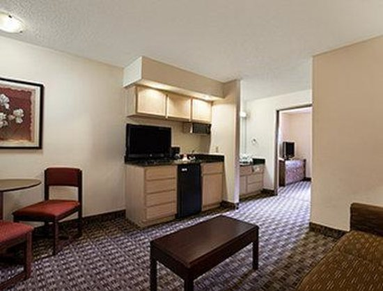 Ramada Canton/Hall of Fame: Suite