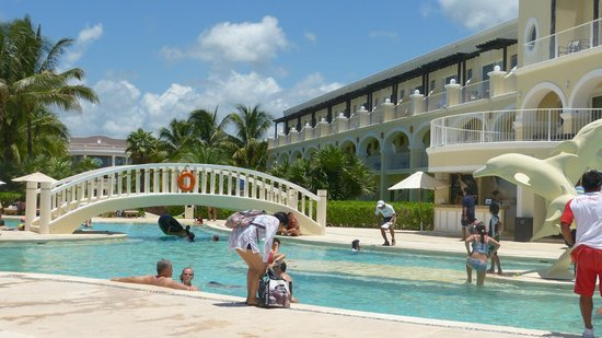 Dreams Tulum Resort & Spa: Activity Pool with pool bar