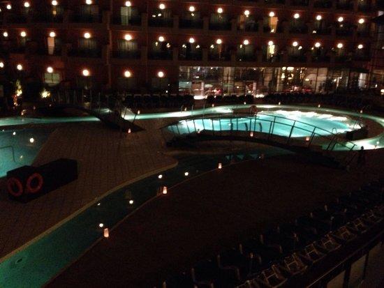 Protur Roquetas Hotel & Spa: Pool by night