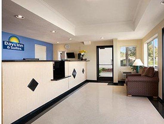 Days Inn & Suites Rancho Cordova: Lobby