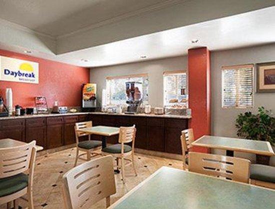 Days Inn & Suites Rancho Cordova: Breakfast Area