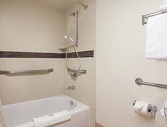 Days Inn & Suites Rancho Cordova: ADA Bathroom