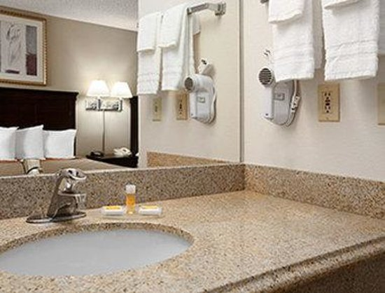 Days Inn & Suites Rancho Cordova: Bathroom